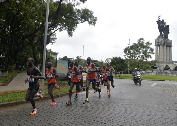 """""""Estreantes"""" vencem a 25ª Maratona Internacional de São Paulo<"""